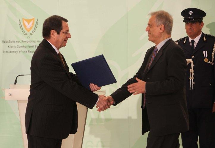Το προεκλογικό πρόγραμμα ΔΗΣΥ – ΔΗΚΟ και οι προεκλογικές Δεσμεύσεις για πλάνο που θα θέτουν το χρέος σε βιώσιμα πλαίσια ώστε να μην απαιτηθούν ιδιωτικοποιήσεις απορρίφθηκαν εμμέσως πλην σαφώς από τον Μ. Σαρρή
