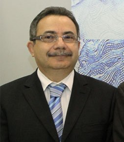 Ο Γιώργος Συρίχας, ανώτερος διευθυντής του Τμήματος Οικονομικών Ερευνών της Κεντρικής Τράπεζας, δεξί χέρι του τέως διοικητή Αθανάσιου Ορφανίδη, χαίρει της απολύτου εμπιστοσύνης του Προεδρικού, εξού και λειτουργεί και ως «σκιώδης διοικητής».